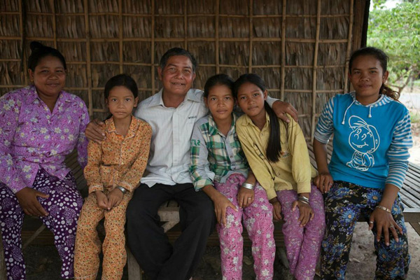 Kim Un, with wife and 4 daughters, in Kampung Chhnang, Cambodia. Credit: Joy Wong