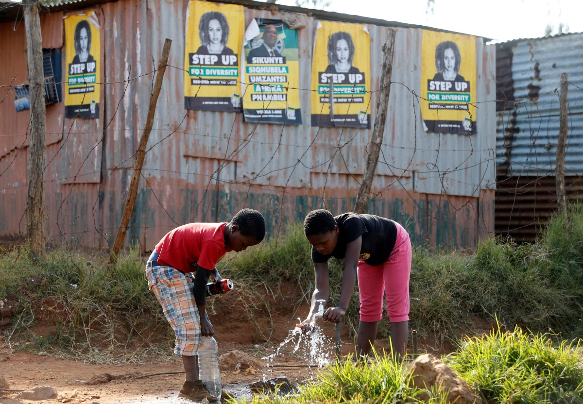 Children collecting water in South Africa. Photo Credit: Reuters/Alamy Stock Photo